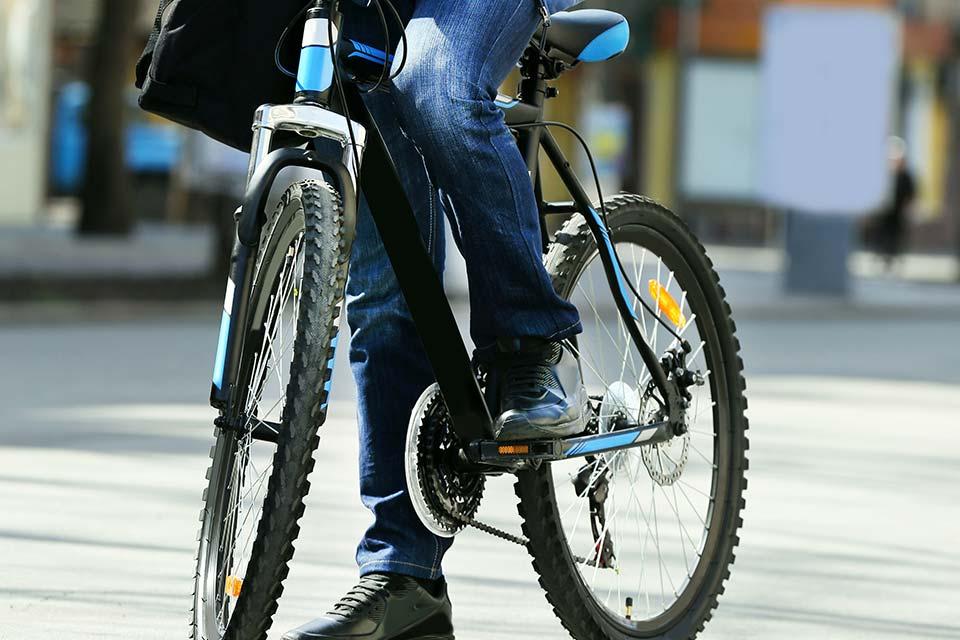 Wie wurde die Benutzung von Fahrrädern und E-Bikes durch Dienstnehmer steuerlich besser gestellt?