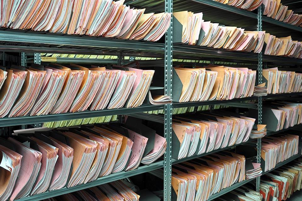 Platz schaffen im Regal: Wie lange müssen Unterlagen aufbewahrt werden?