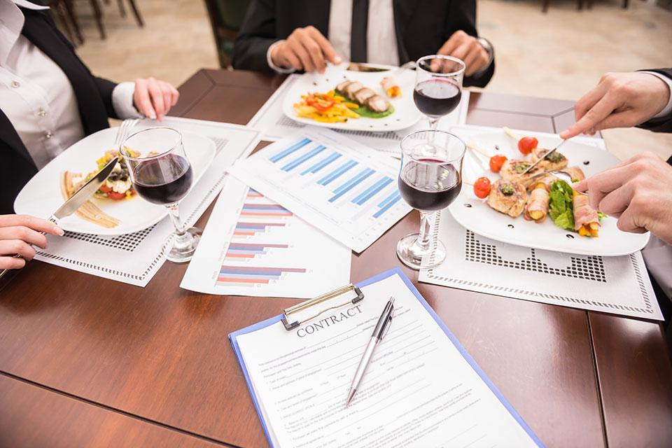 Wie sind Geschäftsessen steuerlich abzugsfähig?