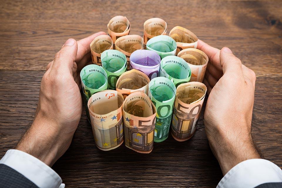 Wie sollen Angaben zu Zuschüssen, Garantien und Kurzarbeitsbeihilfen durch die Finanz geprüft werden?